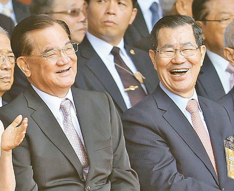 連戰(左)與蕭萬長出席國慶大會。 (中央社)