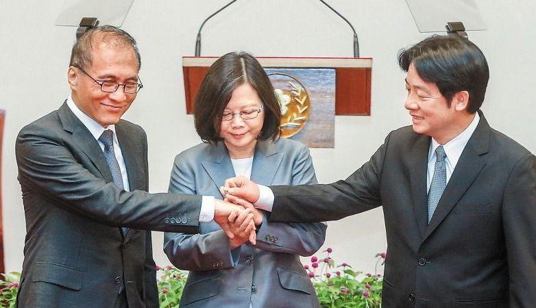 總統府記者會後,蔡英文總統將新舊閣揆賴清德(右)、林全的手,層層交疊,象徵新舊內...