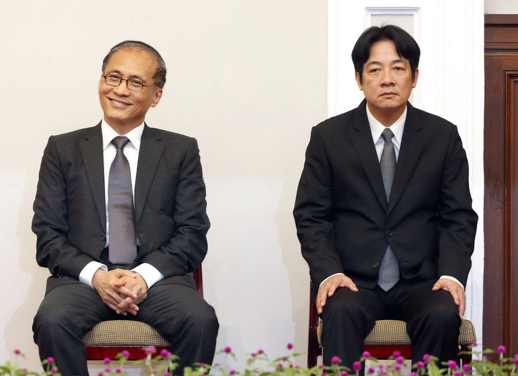 蔡英文總統昨天在總統府正式宣布賴清德(右)將接任閣揆,即將卸任的林全(左)神情輕...