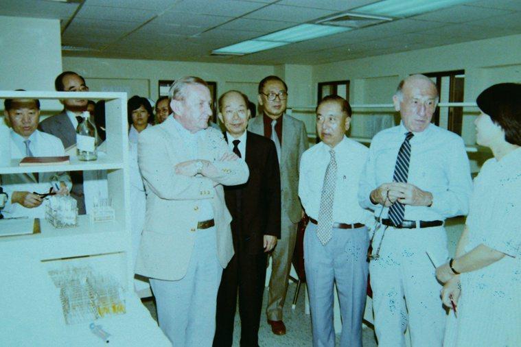 美國紐約血液中心主任Dr. Kellner(右二)受李國鼎邀請,來台灣瞭解捐血系...