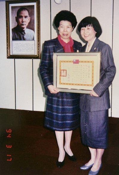 受衛生署委託承接血液相關計畫,林媽利(右)接受時任衛生署長的張博雅表揚。