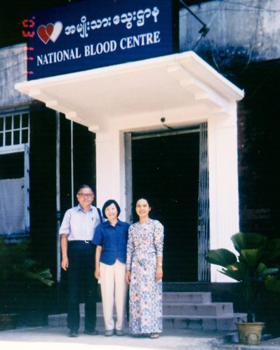 2003年自費赴緬甸紅十字會出訪,教導當地血液專家MP方法。