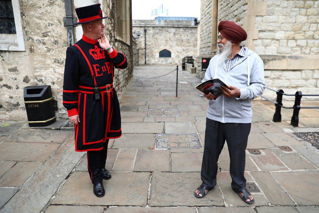 遊客的國籍,特別是英國前殖民地,也是倫敦塔導覽常用的哏。 圖/路透社