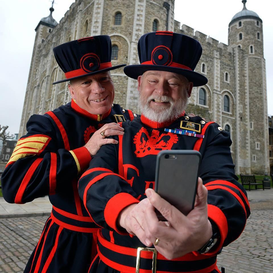 這些御用侍從衛士的幽默感代表著對倫敦塔與整個國家的尊敬。 圖/擷自<a href...