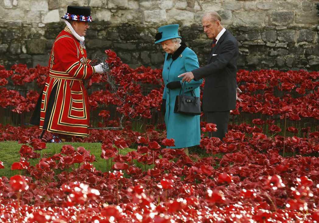 由於御用侍從衛士是「倫敦與英國的象徵」,因此不會講任何攻擊體制或皇室的笑話。相反...
