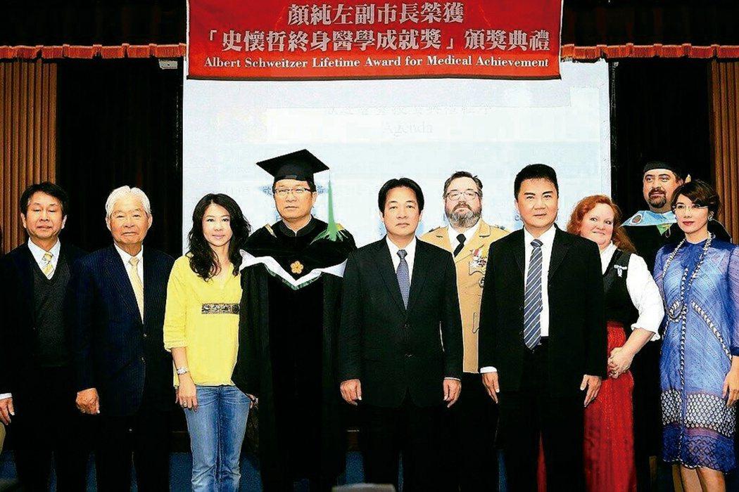 顏純左(左四)在104年獲得史懷哲終身醫學成就獎。