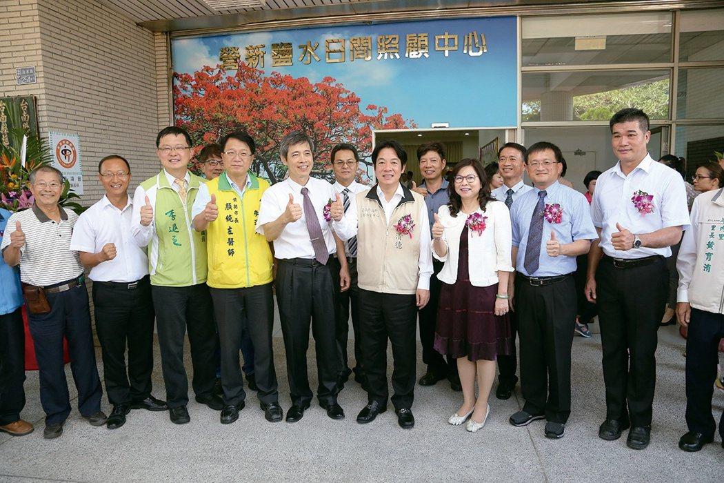 今年醫療奉獻獎得主顏純左(左四),與台南市長賴清德(右四)一起關心地方長照發展。