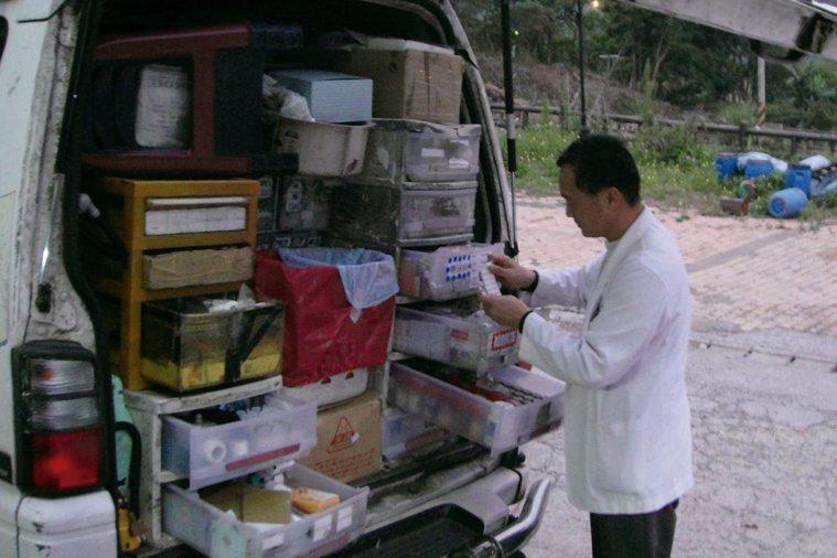 醫療巡迴車上載滿藥品及針劑,如同把整個醫院及藥局搬入深山。