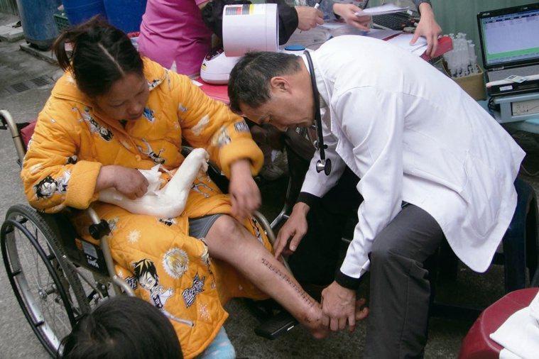 每周固定到桃園市復興區後山做居家醫療,高揚威醫師團隊對山區居民來說是「天使」...
