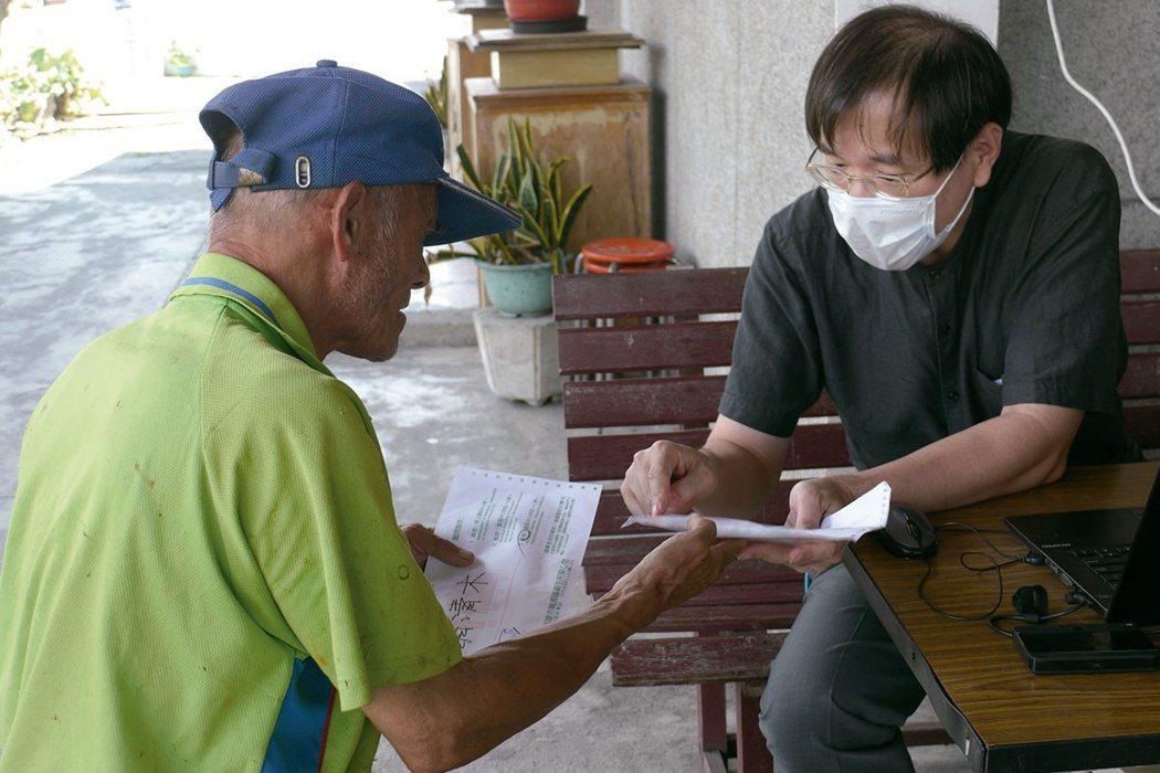 邱孟肇看診細心,再加上流利的族語輔助,上年紀的長輩感到親切無比。