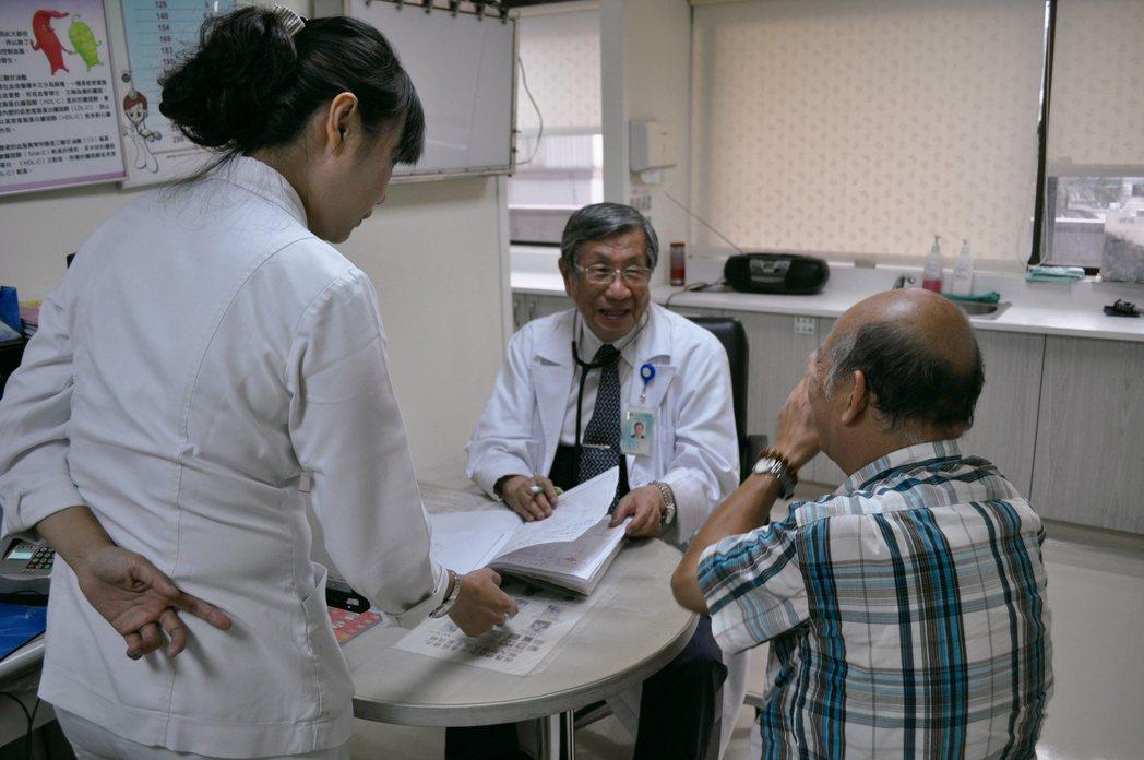 戴東原(中)看診非常有耐心,親切對待每一位病患。