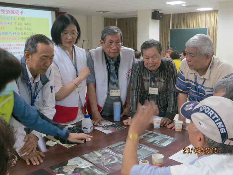 戴東原(左三)親自參加糖友健康樂活營的控糖達標搶答賽。