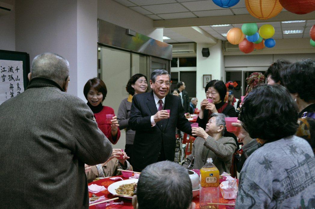 戴東原在小年夜時,與安老所的住民和家屬共進團圓飯。