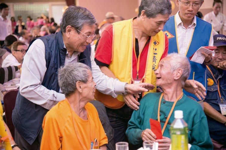 戴東原率台北仁濟院,每年舉辦重陽餐會與獨居長者同歡。
