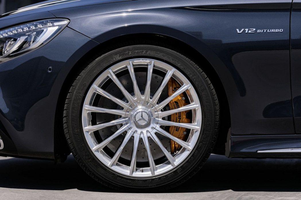 S65 Coupe/Cabriolet 配置的 20 吋 16幅輪圈,原廠聲稱視覺放大效果非常明顯。 摘自 Mercedes-Benz