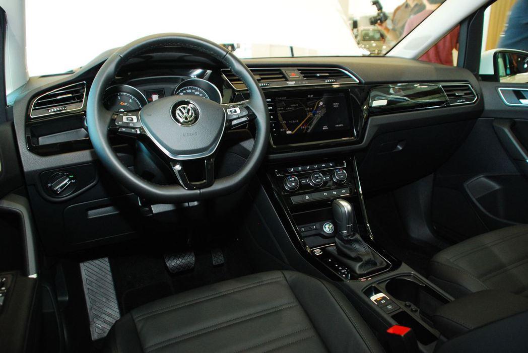 2018年式Volkswagen Touran內裝。記者林昱丞/攝影