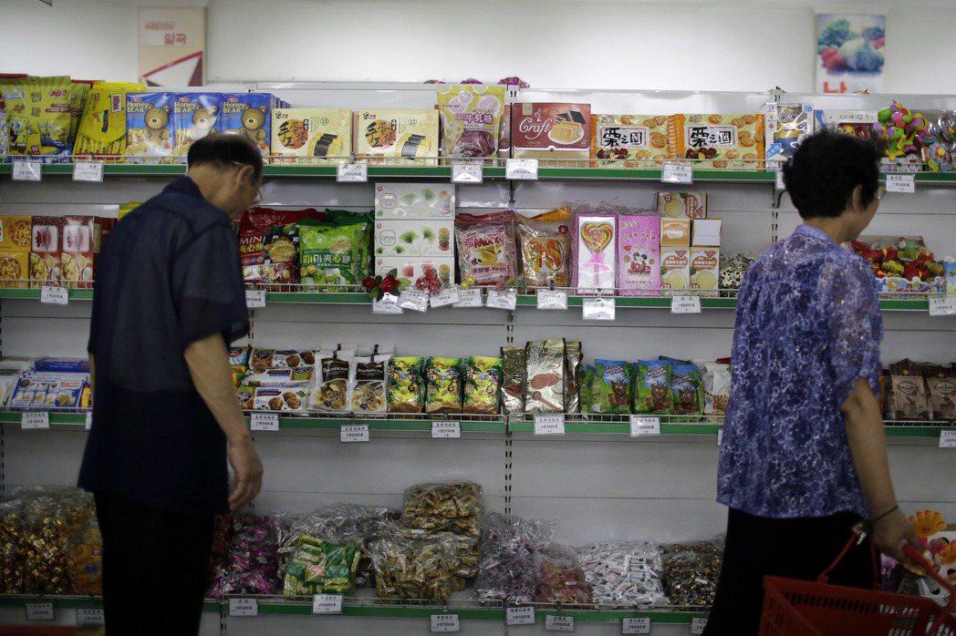 北韓平壤普通江百貨公司內一間商店,貨架上有不少從中國大陸進口的零食。 (美聯社)