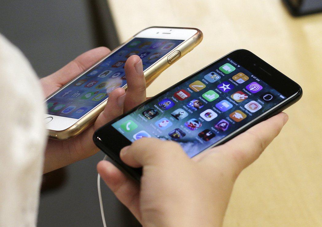 美國和大陸雙邊貿易依存度很高,蘋果iPhone就是在大陸生產銷往美國。 (美聯社...
