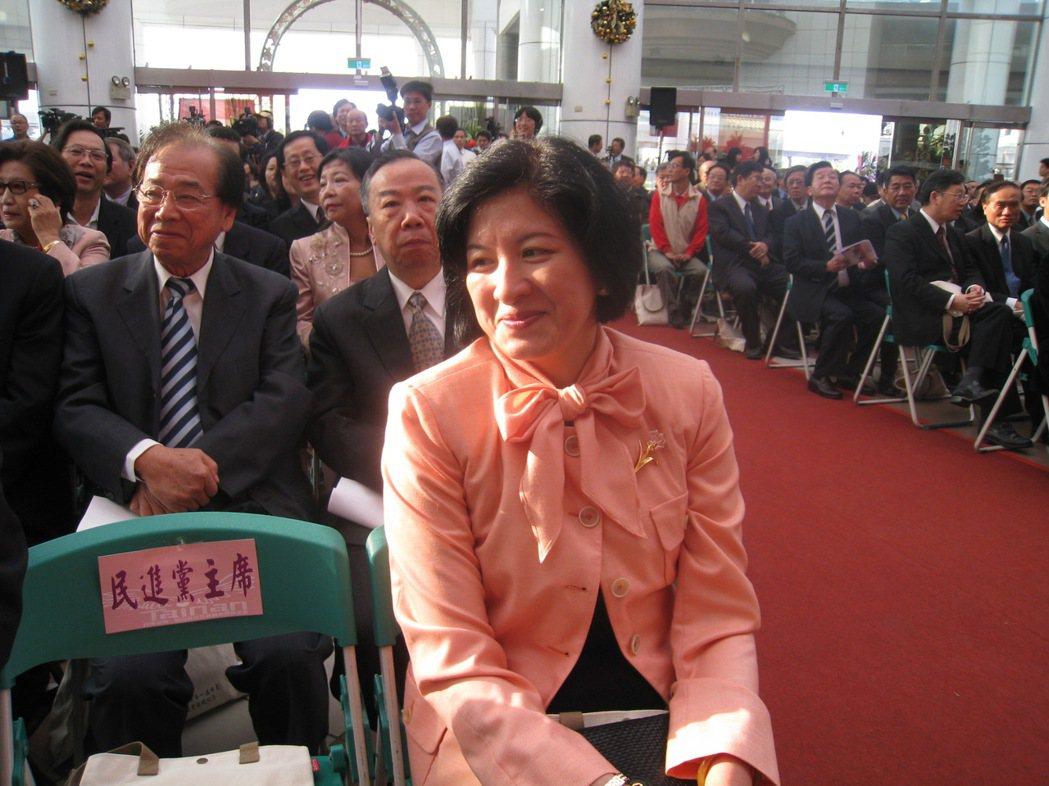 台南市長賴清德就職典禮,太太吳玫如首度在媒體前亮相,面對媒體搶拍,她神情害羞。 ...