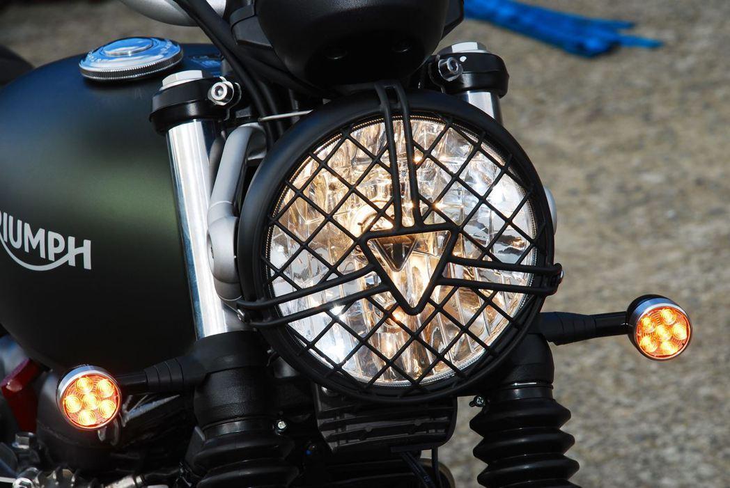可裝上燈罩,方向燈也變成LED。記者林昱丞/攝影