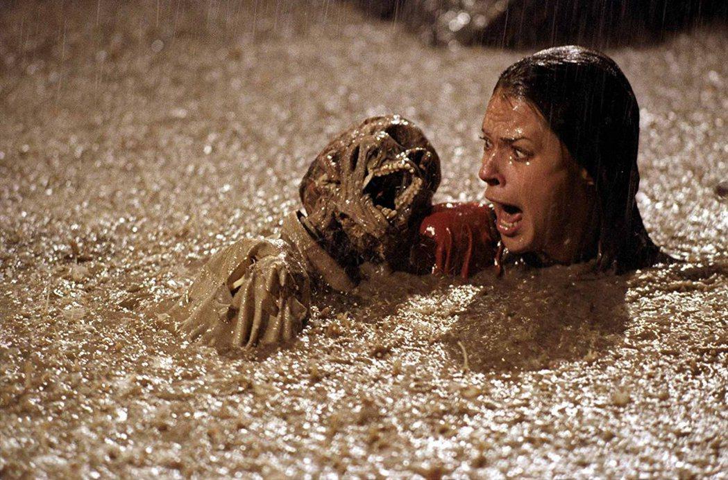 游泳池裡冒出骷髏,是「鬼哭神號」的嚇人高潮。圖/摘自imdb