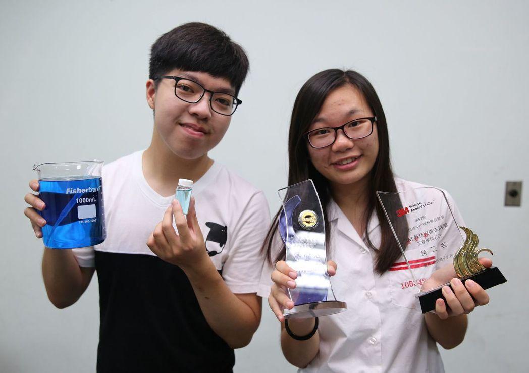 高雄大學化工系學生程楚仁(左)與雄女學生林品汝(右),研發利用「二氧化鈦奈米管」...