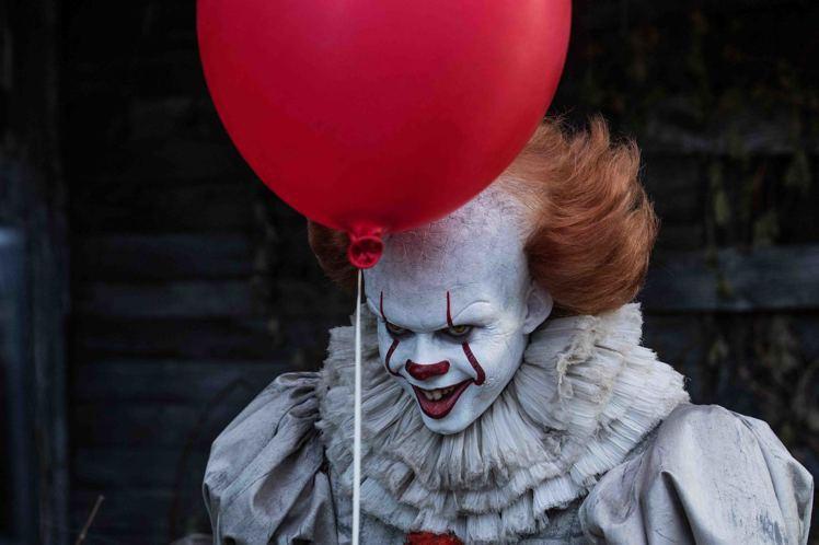 「牠」當中的邪惡小丑潘尼懷斯引發恐怖片迷熱烈迴響。圖/華納兄弟提供