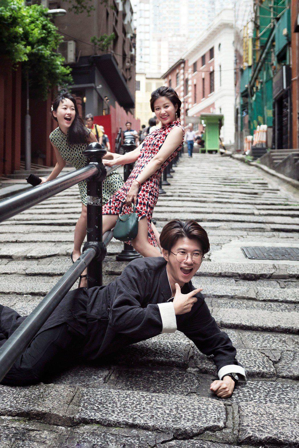 巴鈺(後起)、小call、顏永烈復古打扮在香港街頭拍照。圖/TVBS提供