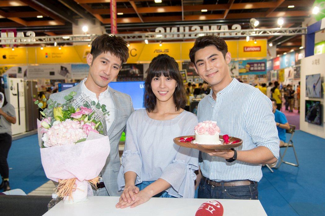 魏蔓(中)過生日,簡宏霖(左)和陳奕為她慶生。圖/三立提供