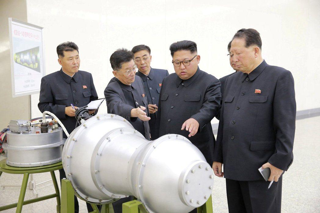 北韓3日公布的照片顯示領導人金正恩(右二)視察一顆氫彈。路透