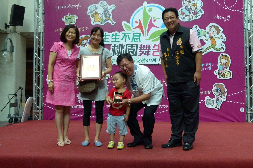 王春林(左2)是中壢區人口滿40萬後第一位設藉的新住民,獲市長鄭文燦(右2)、中...