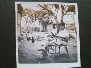 1950年代,岩上初到南投,在鄉下小學教書,生活孤苦,租住在簡陋土角厝,課餘讀書...