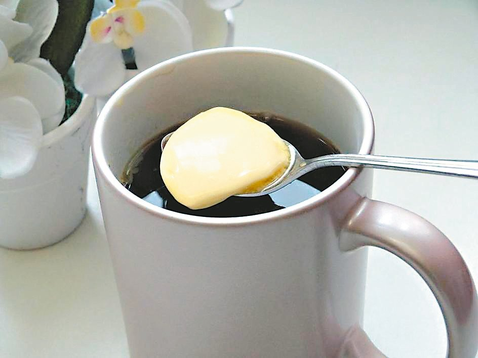 「防彈咖啡」減肥正流行,但使用不當恐酮酸中毒,建議應向醫生、營養師諮詢再執行。 ...