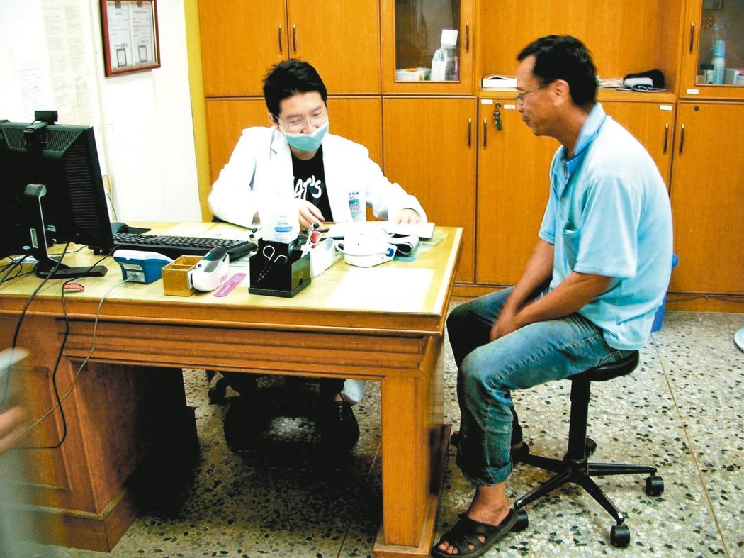 中國附醫醫師胡松林來到地利村,為偏鄉醫療盡分心力。 圖/中國附醫提供