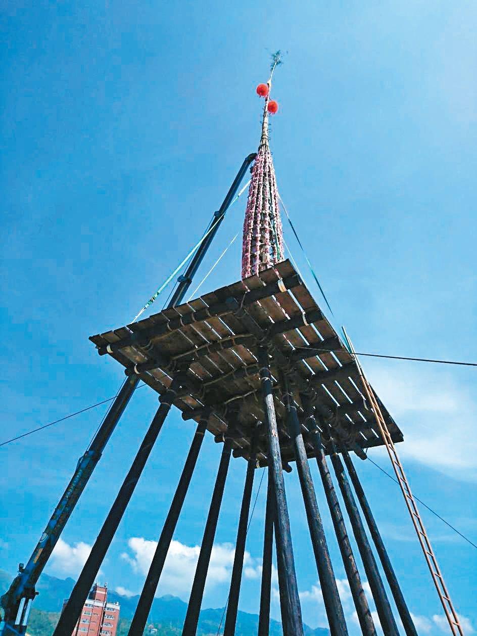 昨天中元節,頭城搶孤的「飯棧」完成,綁滿祭品,吊上飯棚的高台。 記者羅建旺/攝影