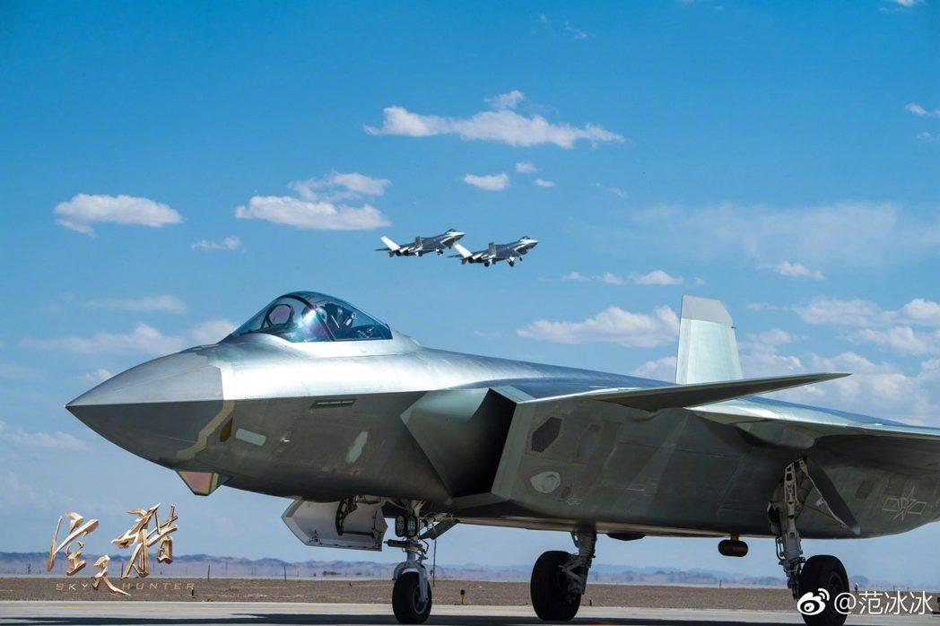 女星范冰冰在其微博發布的空天獵劇照-殲20戰機,受軍事迷關注。 (取自范冰冰微博...