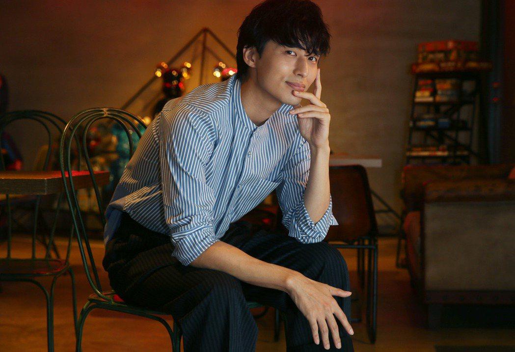 歌手嚴爵首度跨行拍戲演醫師。記者林俊良/攝影(服裝提供:HOTEL V)