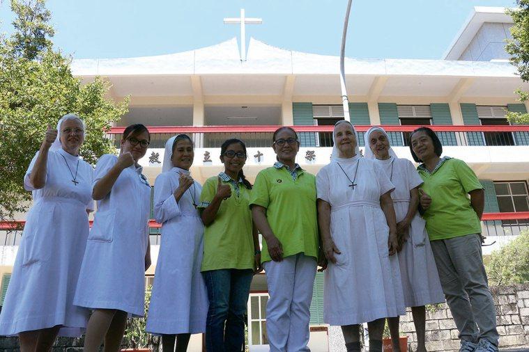 林秀麗(右四)受慈愛修女會修女們無私奉獻的精神所感動,跟隨她們投入聖十字架療...