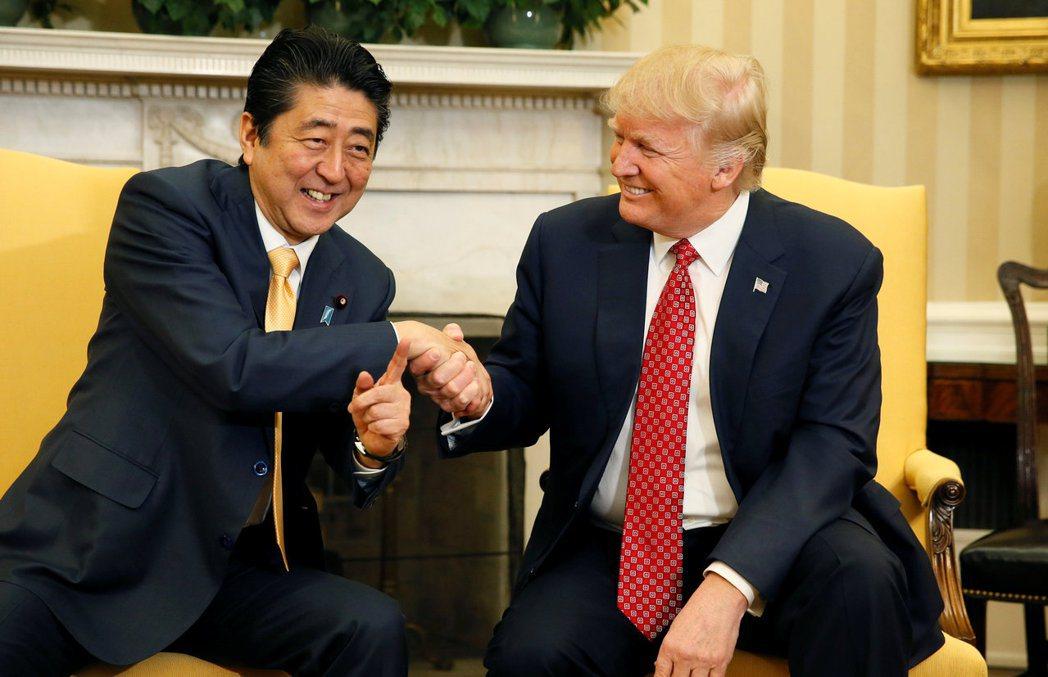 安倍晉三(左)與川普在白宮的握手畫面曾引起許多討論。 路透資料照片