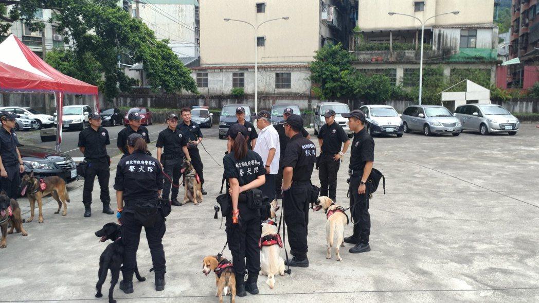 台中市保大特警與新北市警犬隊的隊員一起受訓。圖/台中市警局提供