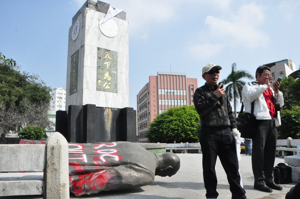 公投護台灣聯盟將位於台南市中西區湯德章紀念公園內的孫中山銅像扳倒,並在銅像背面使...