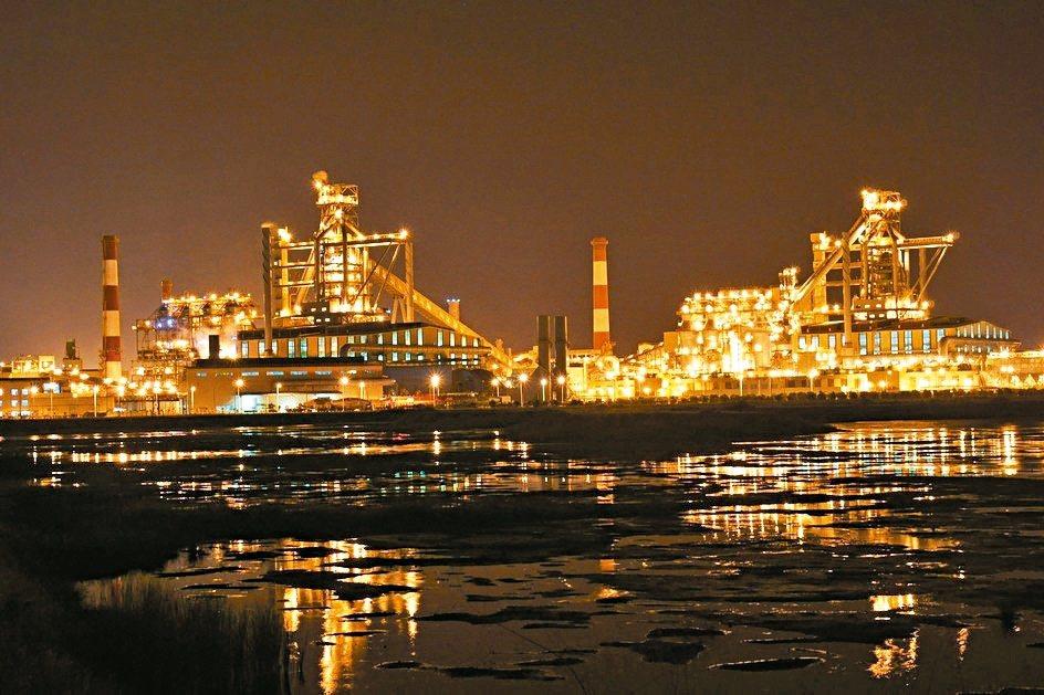 台塑越鋼第二座高爐完工,夜晚燈火璀燦彷若黃金城,將快速創造群聚。 台塑越鋼/提供