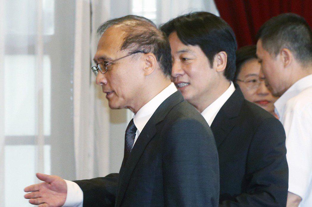 蔡英文總統昨天在總統府正式宣布台南市長賴清德(右)為新任行政院長,3人走進會時,...