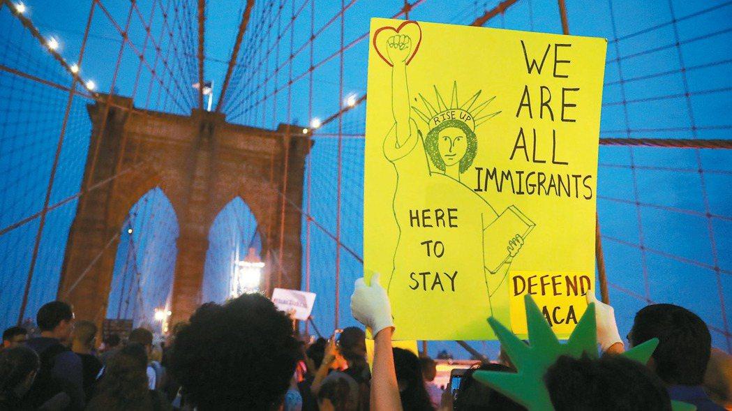 紐約民眾抗議川普政府廢除「夢想生」計畫,圖中標語牌畫上自由女神像,並寫著「我們都...