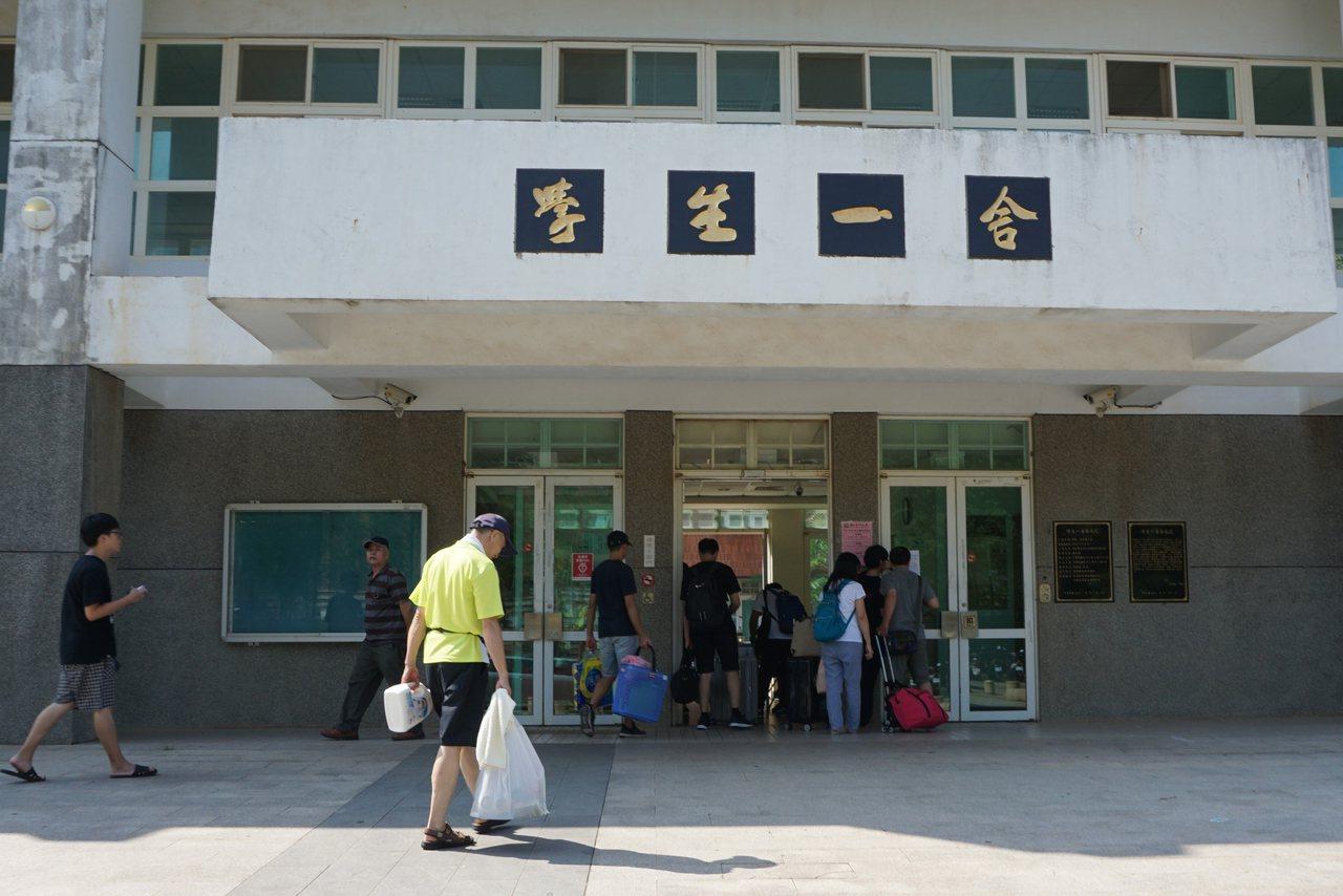 國立金門大學學生宿舍6日開館,校方派專車在機場迎接學生及家長;許多學生和家長抵達...