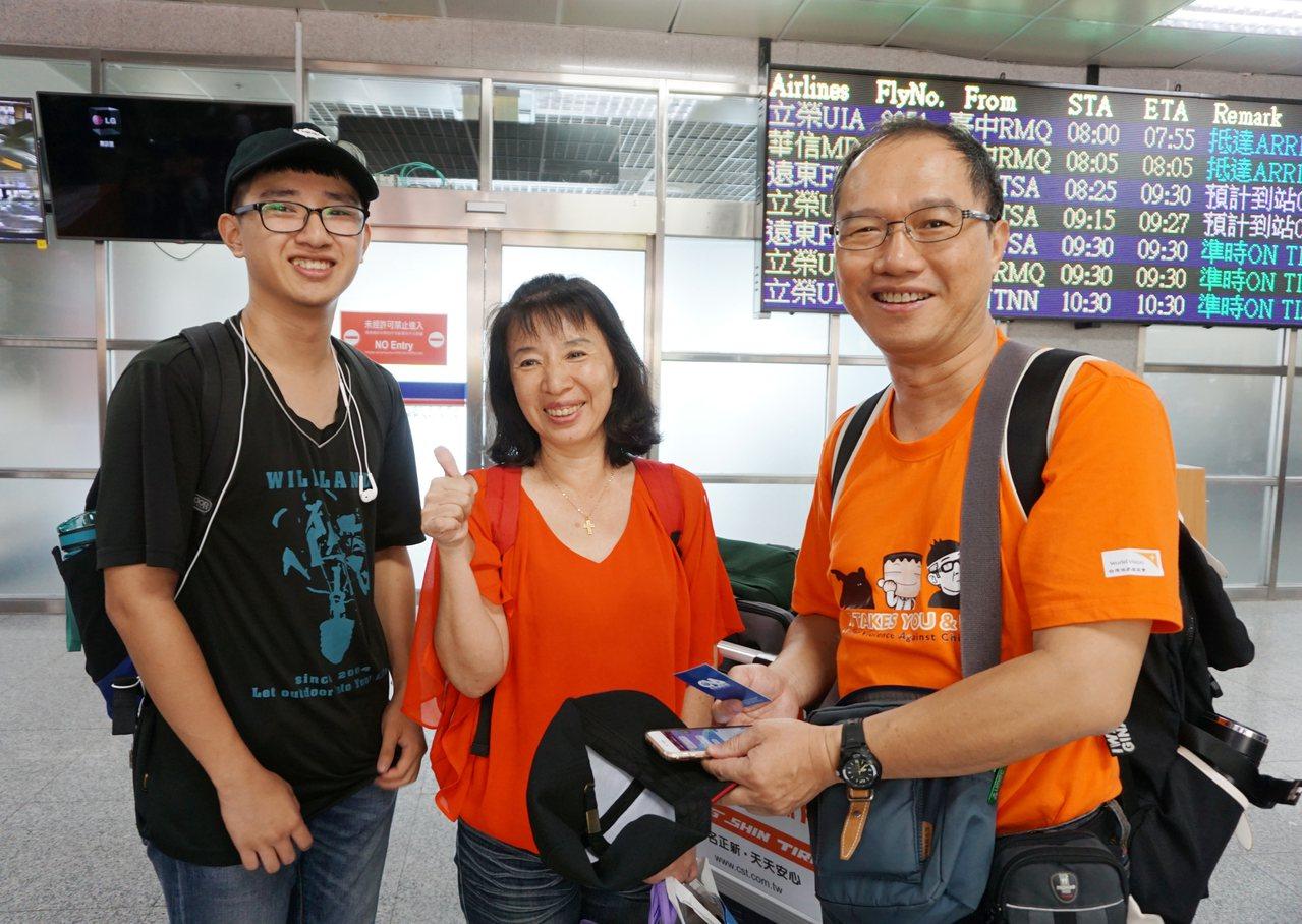 台中高工畢業的張理為(左)在父母陪伴下,6日飛抵金門準備展開大學生活。他說,對邊...
