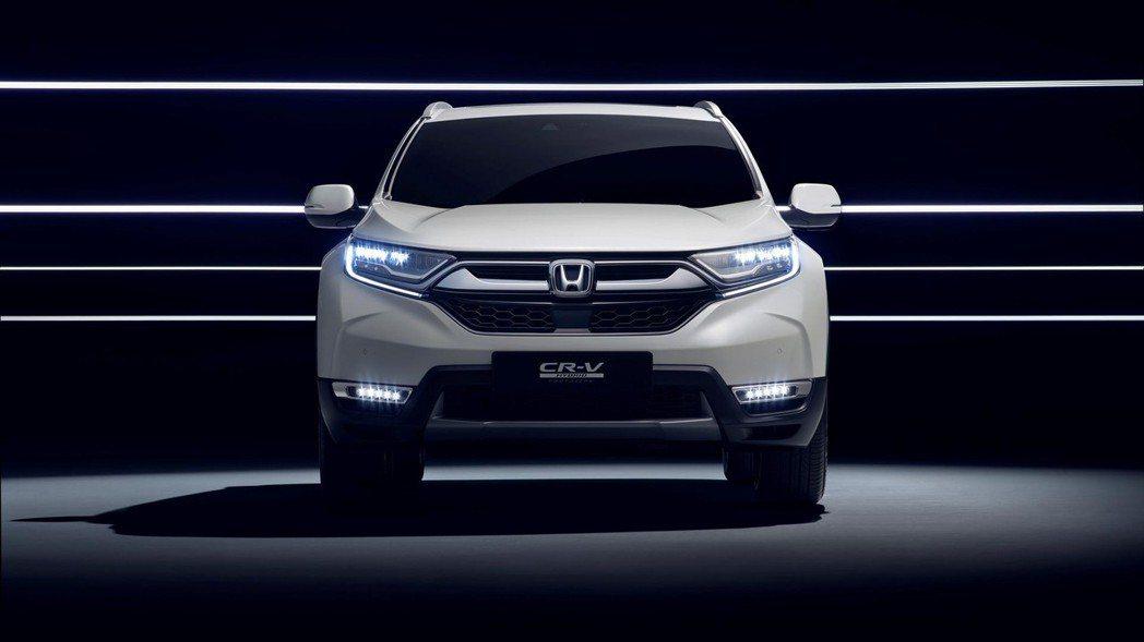 歐規Honda CR-V Hybrid的霧燈為LED燈條,與美規的圓形霧燈不同。...