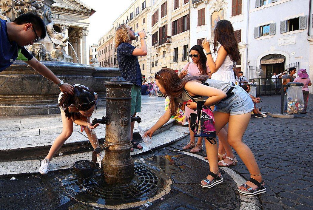上千座俗稱為「Nasone」(字面上的意思是大鼻子,如圖)的飲用噴泉亦被關閉。...