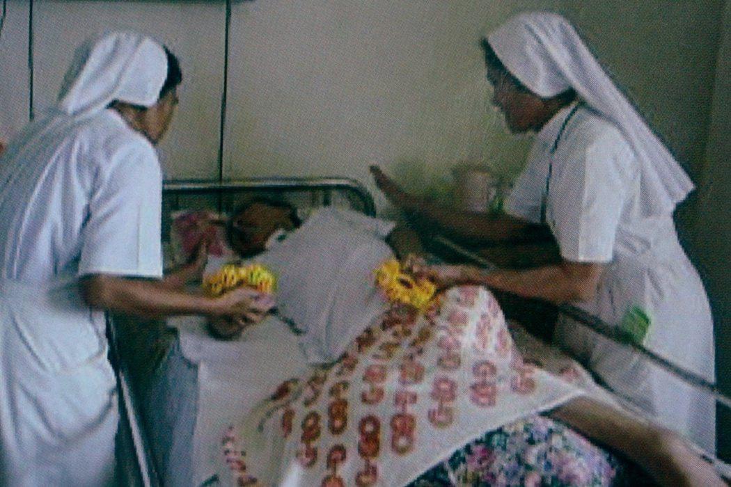 聖十字架療養院修女視病如親,在必須的情況下徒手幫病患擦藥,無畏感染(上圖),這份...