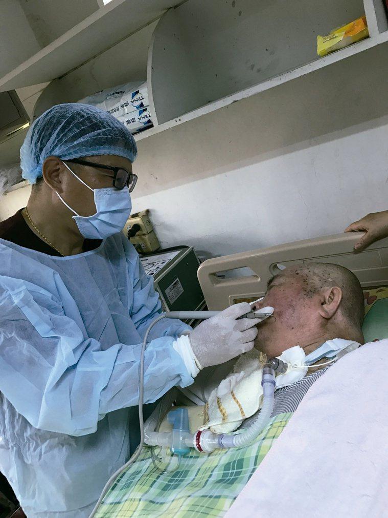 羅界山帶頭推廣到宅醫療服務,帶著醫療器械到病患家,為病患診治牙齒。